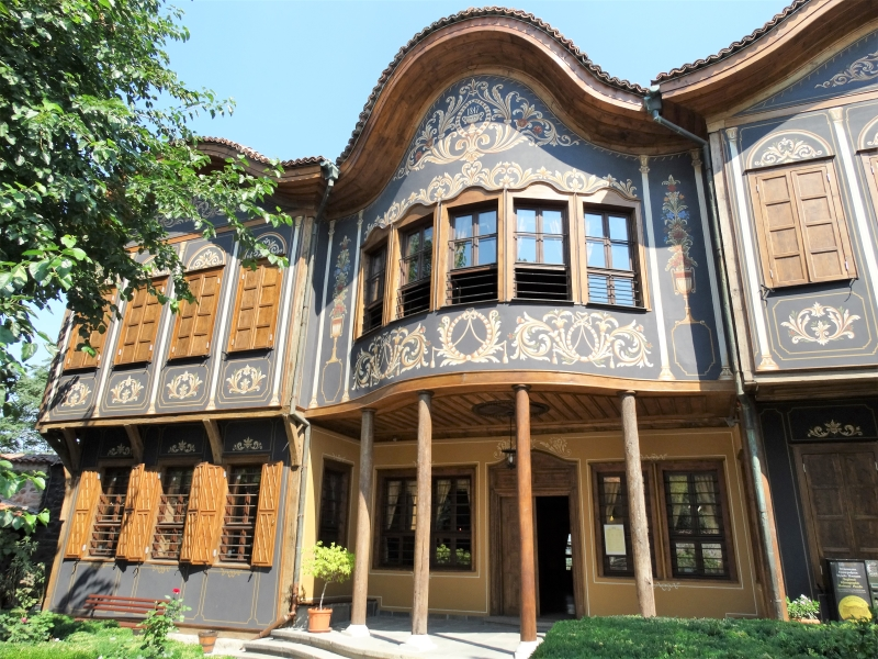 De rijk beschilderde gevel van het Ethnografisch museum in de oude stad van Plovdiv