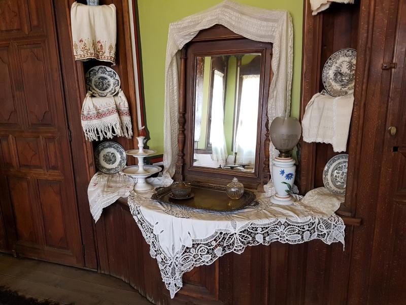 Kaptafel met doeken en schotels in het Ethnografisch museum van Plovdiv.