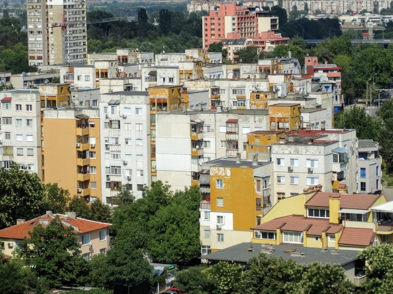 Uitzicht op flatgebouwen vanaf hoger punt.