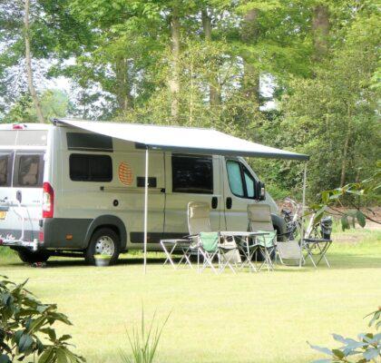 Onze kampeerbus op natuurkampeerterrein de Oldenhof