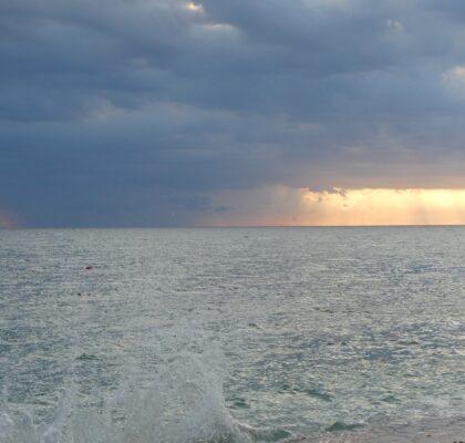 Wolken boven zee bij camping Ulika