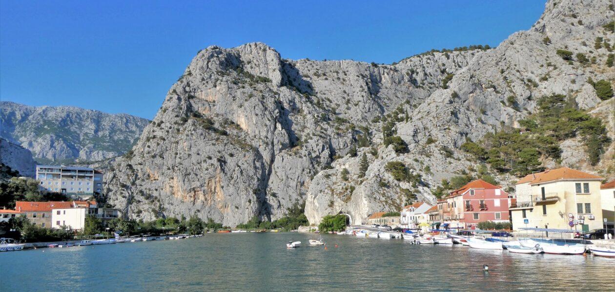 Omis, waar de rivier Cetina uitmondt in de Adriatische zee