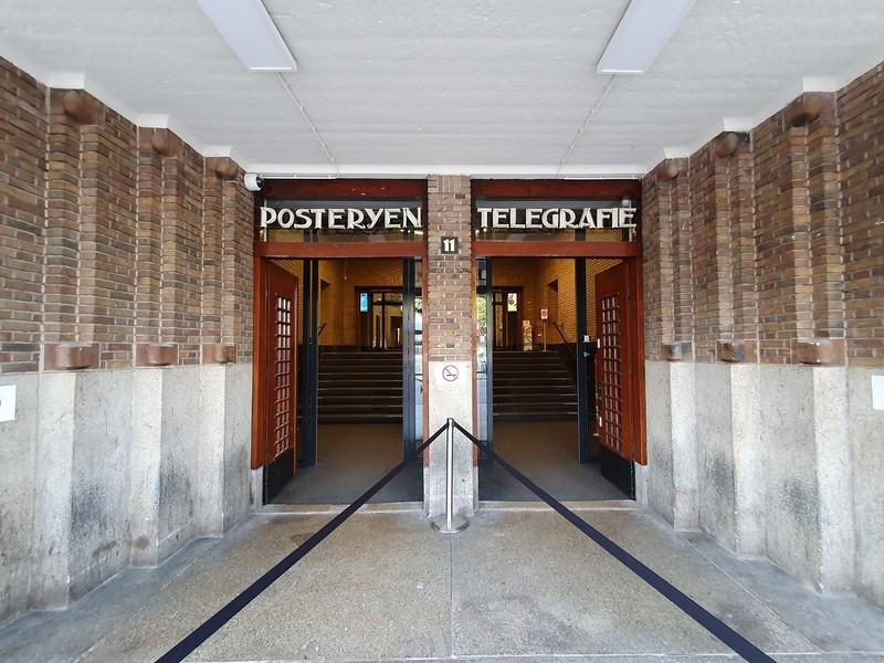 Hoofdingang van het oude postkantoor