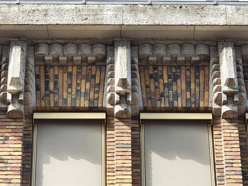 Detail zijmuur gebouw oude postkantoor Utrecht