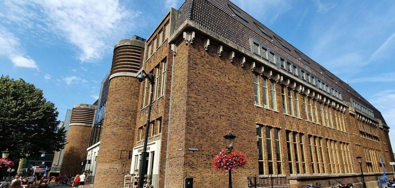 Gebouw voormalig hoofdpostkantoor Neude, Utrecht vanaf de Oudegracht gezien