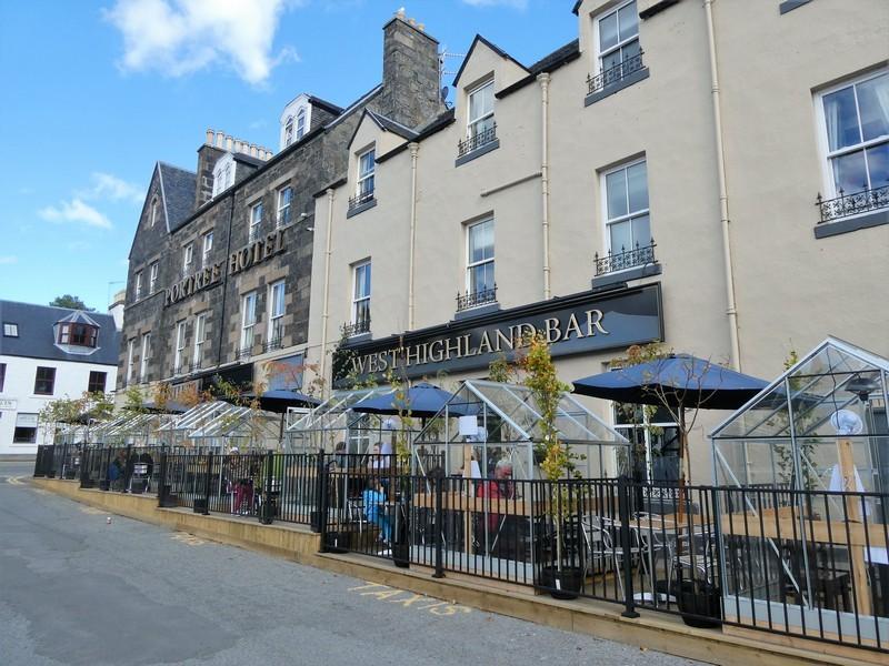 Kassen op het terras van de West Highland Bar in Portree op Skye