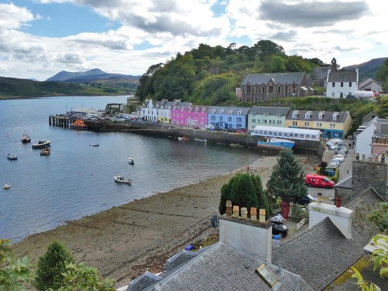 Gekleurde huizen aan de baai, in Portree, op het eiland Skye