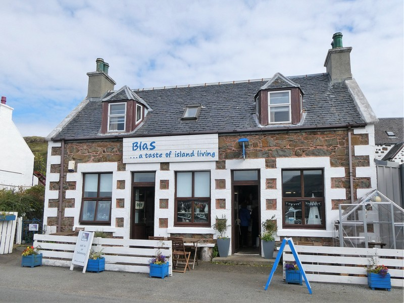 Natuurstenen gebouw met witte accenten met opschrift Blas... a taste of island living, Isle of Skye