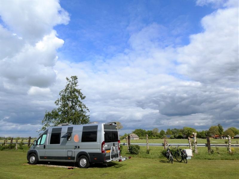 Onze camper met uitzicht op weiland. Rondje Nederland in coronatijd