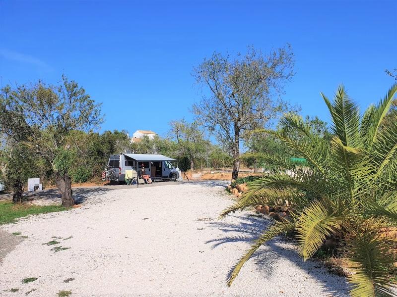 Onze camper op camping in Portugal. In coronatijd.