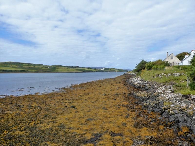 Loch Dunvegan en een paar huizen, Isle of Skye