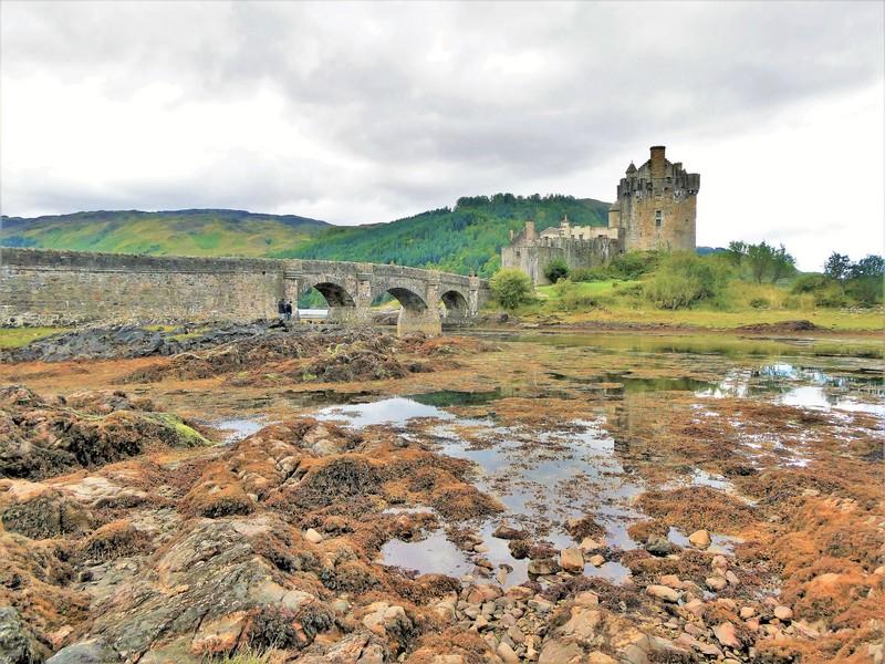 rotsige bodem met water brug kasteel, Eilean Donan Castle voor de brug naar isle of Skye