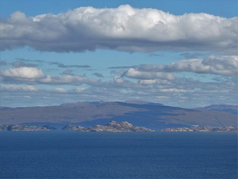 Zicht op het eiland Rasaay en de kleinere eilandjes ervoor, vanaf de A855 over Trotternish, Isle of Skye