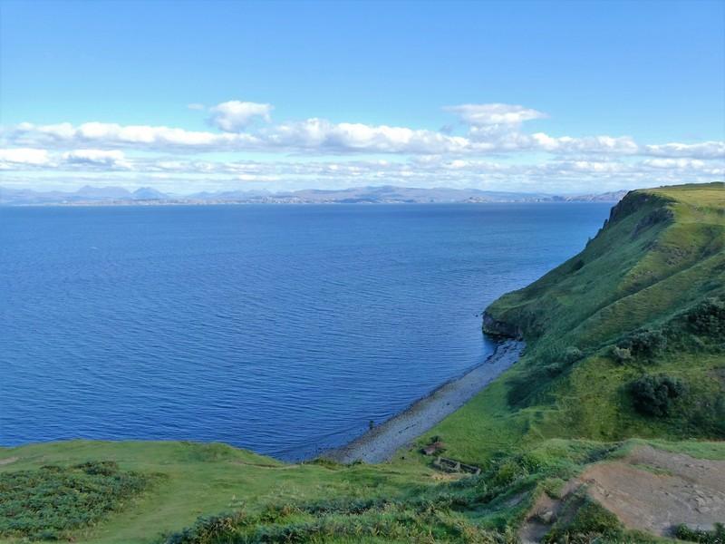 Uitzicht op zee - klif - strand in de diepte, Isle of Skye
