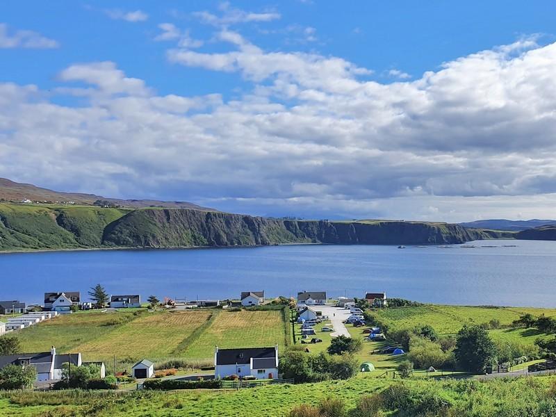 Uitzicht op Uig Bay Campsite en de baai van Uig, met de kliffen aan de overkant. Isle of Skye