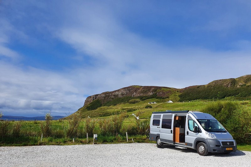 Onze kampeerbus op Uig Bay Campsite, Isle of Skye