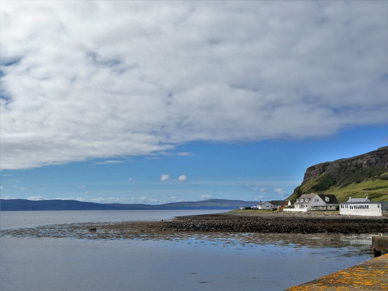 Uig Bay op Isle of Skye, met een groepje witte huizen
