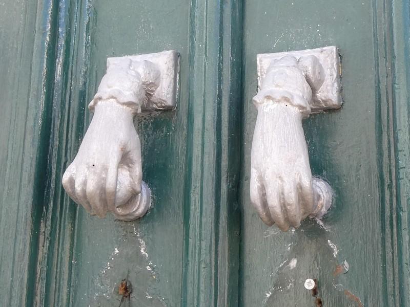 Deurknoppen in de vorm van handen
