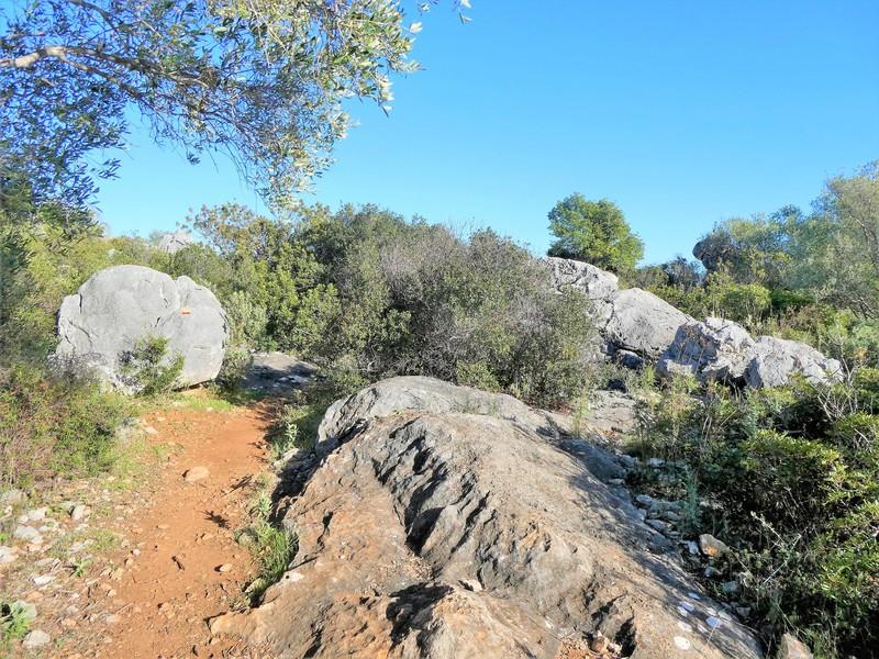 Paadje tussen grote rotsen