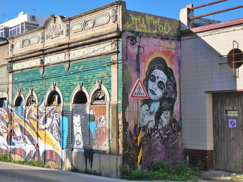 Voormalige tattoo shop met graffiti en streetart