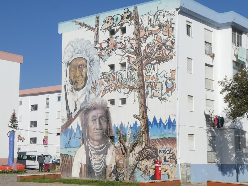 Indianen (streetart) en graffiti op blinde muur in Olhão.
