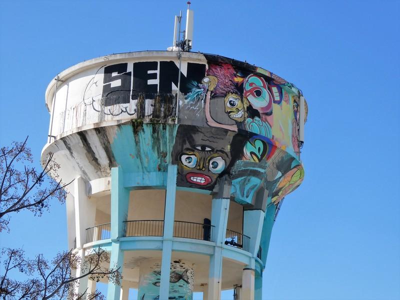 Schilderingen op watertoren en tag SEN
