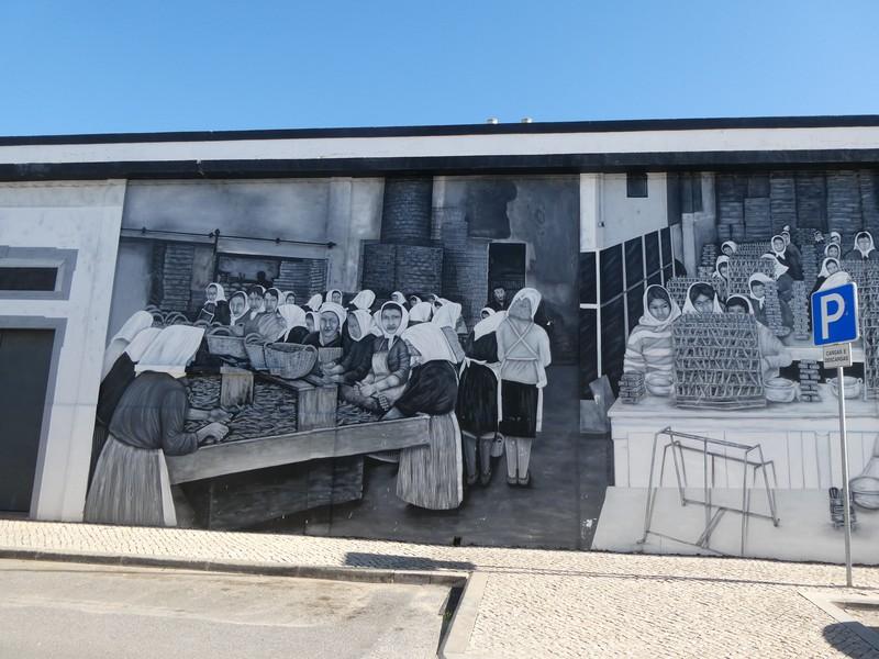 Afbeeldingen van vrouwen aan het werk in de visvewerkingsfabriek -mural op de Largo da Fábrica Velha