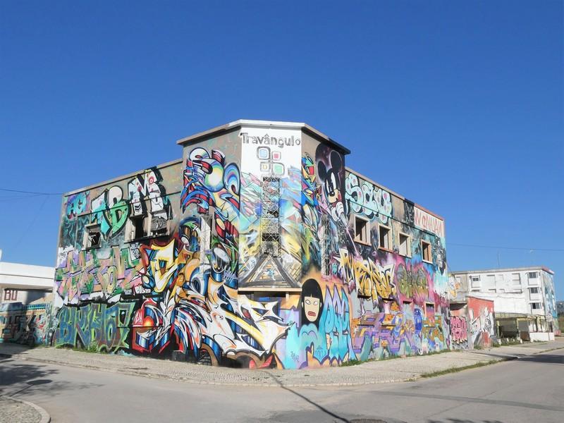 Gebouw helemaal vol met graffiti