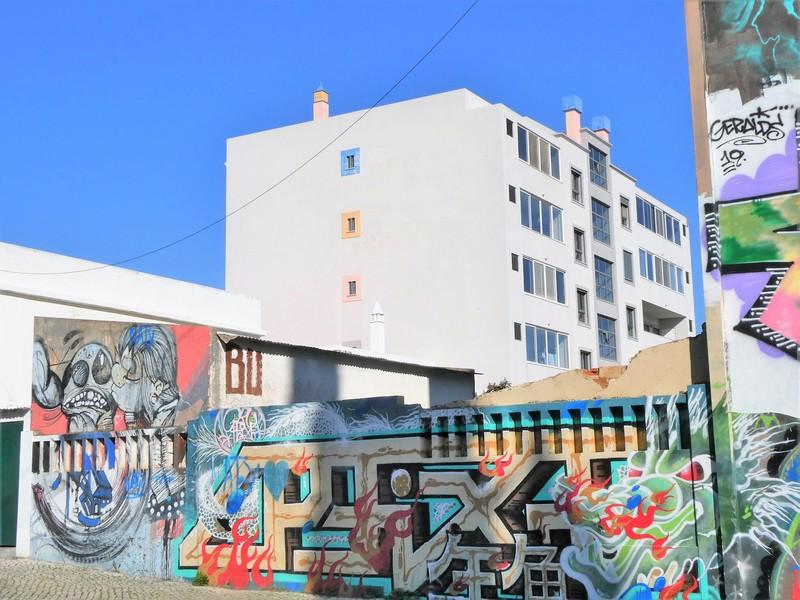 Graffiti en streetart op muur bij flatgebouw