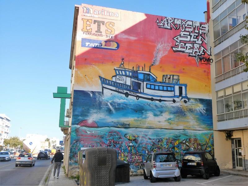 Mural met boot met daaronder de onderwaterwereld - streetart doorgaande weg Olhão