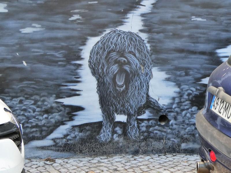 Hond, afgebeeld in de mural op de Largo da Fábrica Velha
