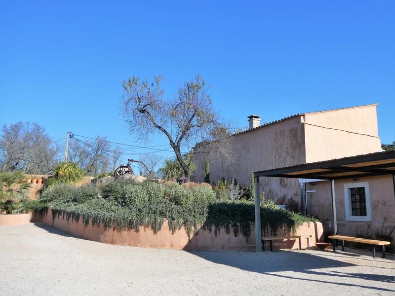 Gebouw van olijfboerderij Monterosa in Moncarapacho