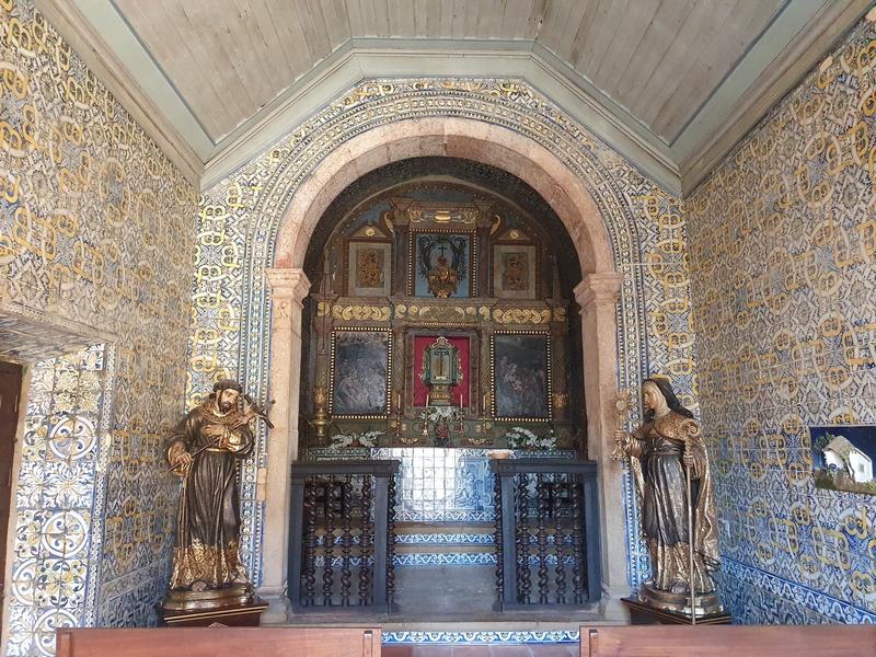 Betelgelde interieur van de Ermida (of Capela de Santo Cristo