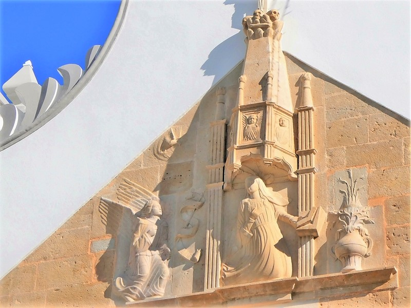 detail voorgevel Igreja Matriz de Moncarapacho / de moederkerk van Moncarapacho met o.a. engelen en demonische figuurtjes