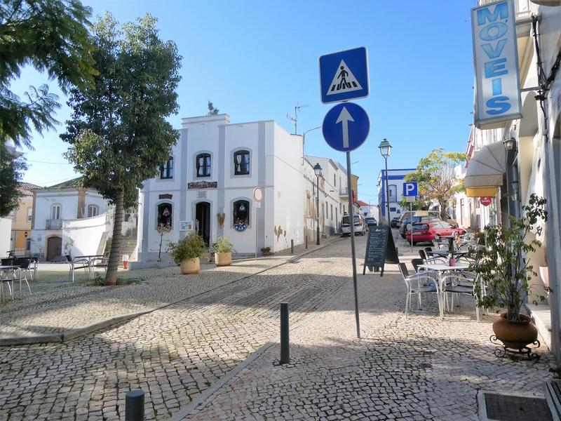 Plein met terrasjes in het centrum van Moncarapacho in de oostelijke Algarve