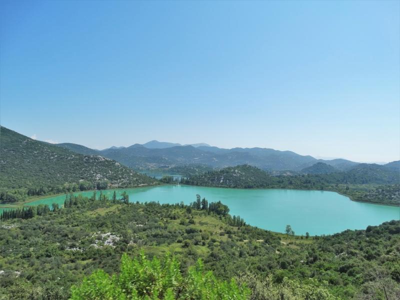 Bacinska meren met daarachter bergen