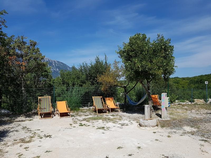 Een rijtje strandstoelen op camping Biokovo