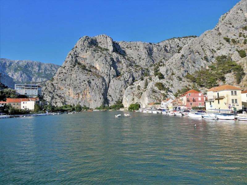 Omiš - monding van de rivier de Cetina met aan weerskanten huizen en kale rotsen.