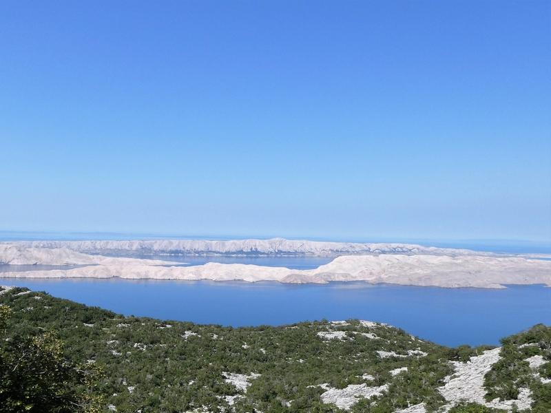 Uitzicht op het kale eiland Pag vanaf het vasteland van Kroatië