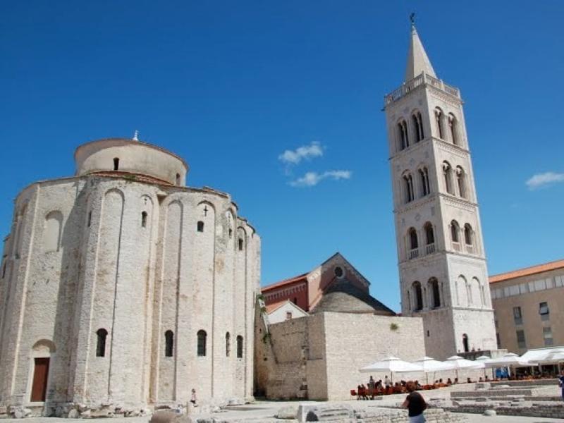 Groot gebouw en toren in Zadar, Kroatië