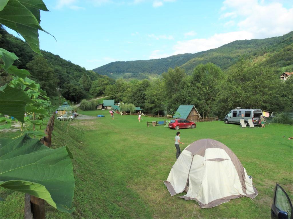 Overzichtsfoto van camping Drina