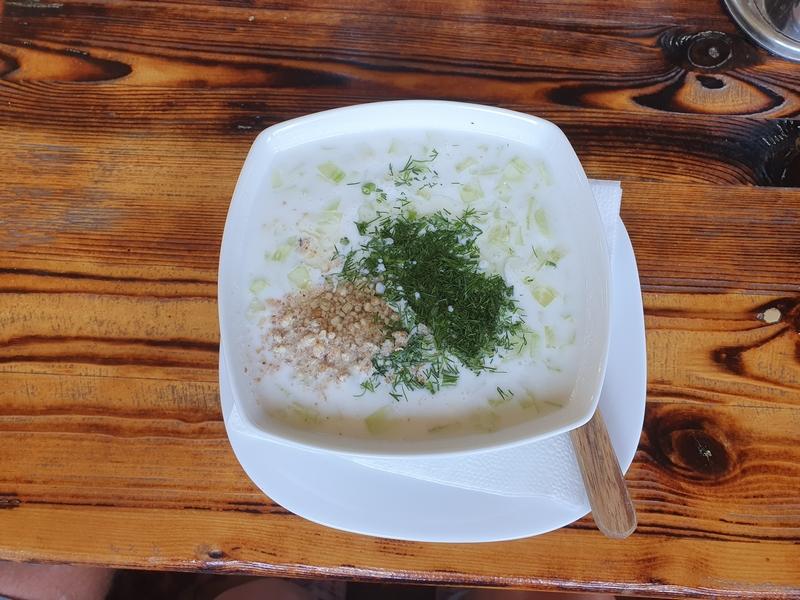 Witte soepkom met schotel, met komkommersoep