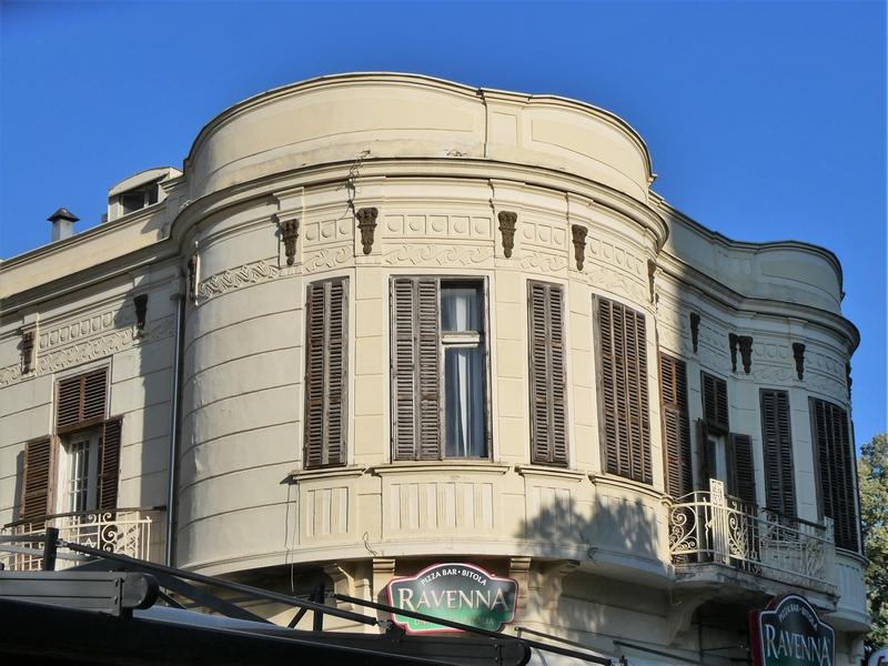Rond gebouw van pizzeria Ravenna in het voetgangersgebied van Bitola