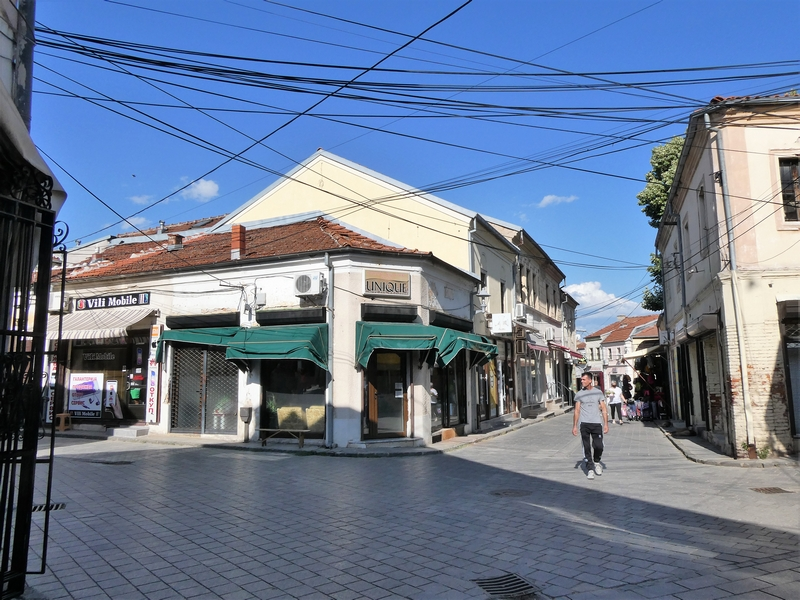 Kruising van wegen en een voetganger op de oude bazaar van Bitola