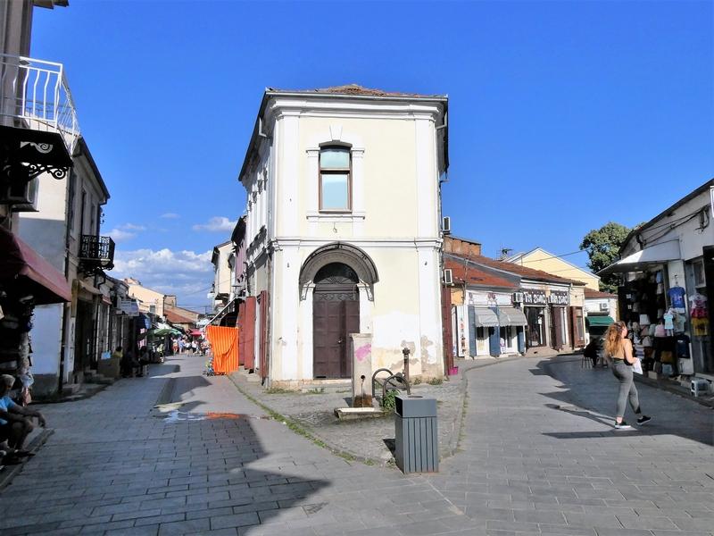 Splitsing van twee straatjes met winkeltjes in de oude bazaar van Bitola