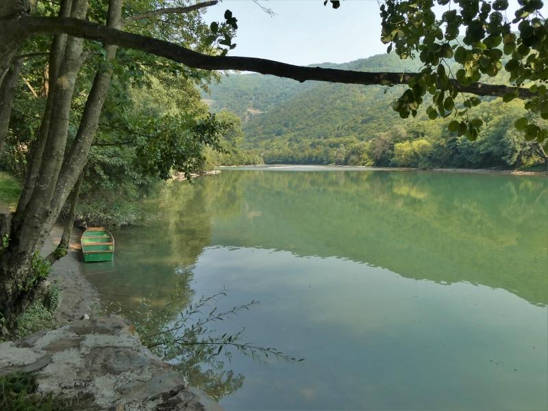 Sfeervol plaatje van de rivier, met links een roeibootje.