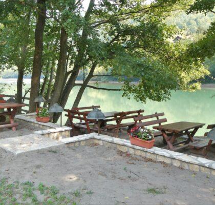 camping drina terras aan het water