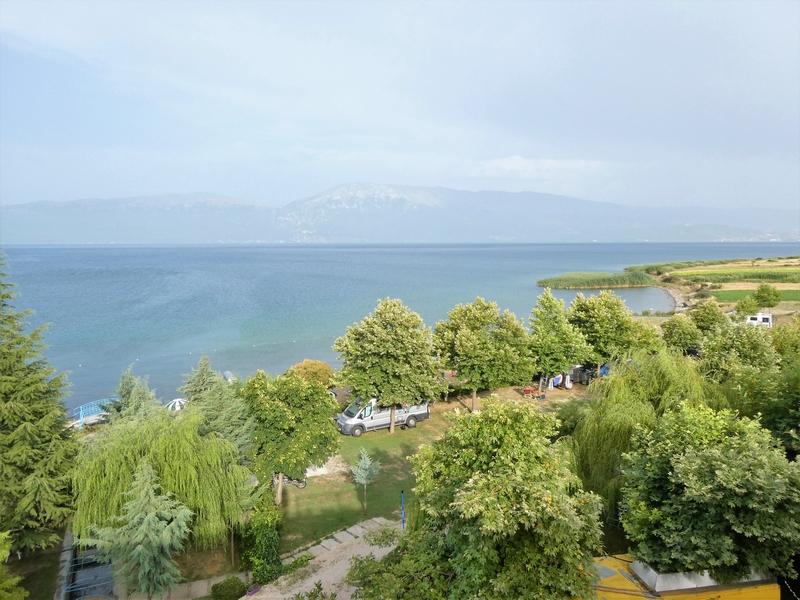 Camping Peshku vanaf de hoger gelegen weg gezien.