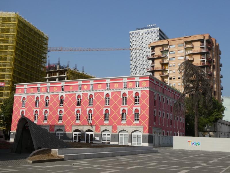 Bijzonder gebouw aan het plein waar BUNK'ART ligt. Met felroze kleur en een geel ruitjespatroon.