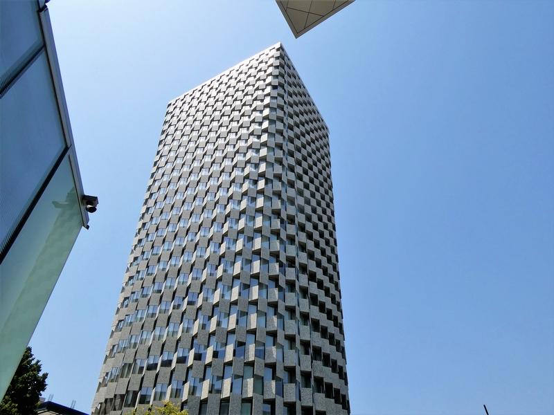 Hoog gebouw met moderne architectuur